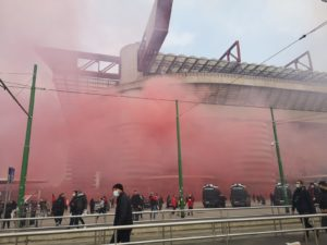 Milan: tifosi fuori San Siro